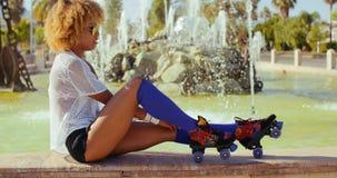 Seksowna dziewczyna Przystosowywa Jej Rolkowe łyżwy Zdjęcie Stock