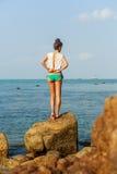Seksowna dziewczyna rozbiera się przed pływać Fotografia Stock