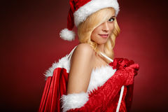 Seksowna dziewczyna trzyma Święty Mikołaj prezenta torbę Obrazy Royalty Free