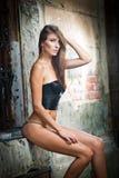Seksowna dziewczyna w bikini pozuje modę blisko czerwonego ściana z cegieł na ulicie Fotografia Stock