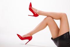 Seksowna dziewczyna w czerwień butach i skóra omijamy fotografia stock