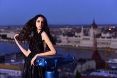 Seksowna dziewczyna w eleganckiej sukni Luksusowa kobieta w wieczór sukni w mieście Moda i piękno biznesowa dama Dziewczyna z Zdjęcie Stock
