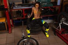 Seksowna dziewczyna w gara?u z rower oponami obrazy royalty free