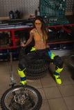 Seksowna dziewczyna w gara?u z rower oponami obraz stock