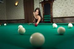 Seksowna dziewczyna w gorseciku bawić się billiards Obraz Stock