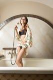 Seksowna dziewczyna w kąpielowej balii Fotografia Royalty Free