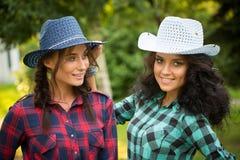 Seksowna dziewczyna w kowbojskich kapeluszach i szkockich krat koszula Obrazy Royalty Free