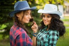 Seksowna dziewczyna w kowbojskich kapeluszach i szkockich krat koszula zdjęcie royalty free
