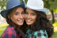 Seksowna dziewczyna w kowbojskich kapeluszach i szkockich krat koszula obraz royalty free