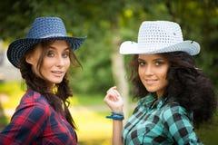 Seksowna dziewczyna w kowbojskich kapeluszach i szkockich krat koszula fotografia stock