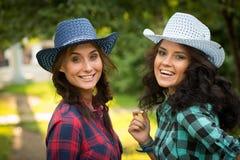 Seksowna dziewczyna w kowbojskich kapeluszach i szkockich krat koszula fotografia royalty free