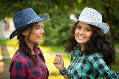 Seksowna dziewczyna w kowbojskich kapeluszach i szkockich krat koszula zdjęcia royalty free