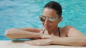 Seksowna dziewczyna w okularach przeciwsłonecznych przepuszcza zdjęcie wideo