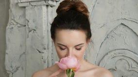 Seksowna dziewczyna w ręczniku z kwiatem jest różą w łazience zbiory wideo