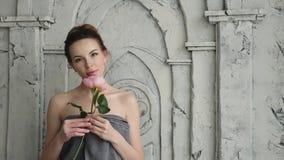 Seksowna dziewczyna w ręczniku z kwiatem jest różą w łazience zbiory