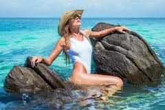 Seksowna dziewczyna w raj tropikalnej plaży Obrazy Stock