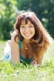 Seksowna dziewczyna w trawy łące Fotografia Stock