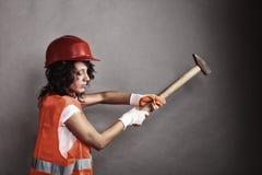 Seksowna dziewczyna w zbawczego hełma mienia młota narzędziu zdjęcie stock