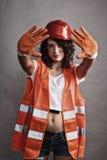Seksowna dziewczyna w zbawczego hełma seansu przerwy znaku obrazy stock