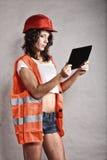 Seksowna dziewczyna w zbawczym hełmie używać pastylki touchpad zdjęcia stock