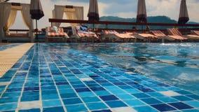 Seksowna dziewczyna wyłania się od basenu swobodny ruch zbiory