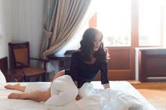 Seksowna dziewczyna z długim kędzierzawym włosy i pięknymi podbitymi oczami ubierającymi, zdjęcia royalty free