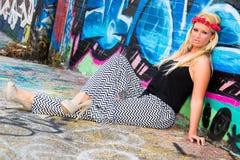 Seksowna dziewczyna z kwiatów graffiti i kapitałką obraz royalty free