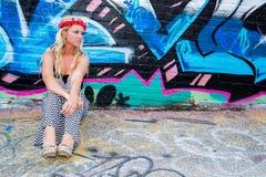 Seksowna dziewczyna z kwiatów graffiti i kapitałką fotografia stock