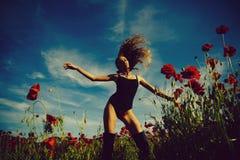 Seksowna dziewczyna z robi kobieta lub dziewczyna w kwiatu polu makowy ziarno Fotografia Stock