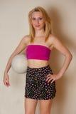 Seksowna dziewczyna z salwy piłką Obraz Royalty Free