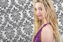 Seksowna dziewczyny kobieta w bieliźnie z blondynek dreadlocks Fotografia Stock