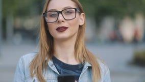 Seksowna europejczyk oferty fajtłapy dziewczyna z rewolucjonistek wargami w błękitnym drelichu dworskim i surowym bluse używać je zbiory