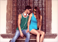 Seksowna i modna para, okulary przeciwsłoneczni głos obrazy stock