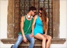 Seksowna i modna para, okulary przeciwsłoneczni głos zdjęcia stock