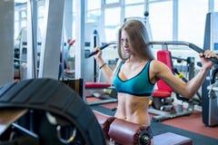 Seksowna kobieta ćwiczy na symulancie w sprawność fizyczna pokoju Zdjęcie Royalty Free