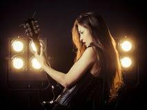Seksowna kobieta bawi? si? gitar? elektryczn? na scenie obrazy royalty free