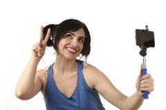 Seksowna kobieta bierze selfie fotografię z kija i telefonu komórkowego kamery pozować szczęśliwy Obrazy Stock