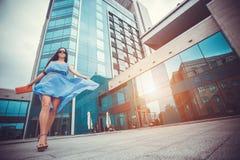 Seksowna kobieta chodzi w nowożytnym mieście fotografia stock