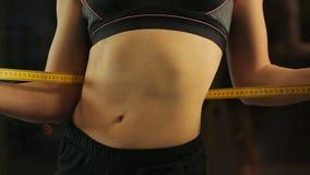 Seksowna kobieta demonstruje jej brzucha płaskiego napadu ciało i, pomiarowa talia z taśmą zbiory