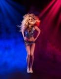 Seksowna kobieta jest dancingowym dyskoteką Obraz Stock