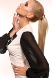 Seksowna kobieta jest ubranym elegancką czarny i biały suknię z blondynem Obraz Royalty Free
