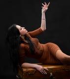 Seksowna kobieta kłaść na drewnianej klatce piersiowej Fotografia Royalty Free