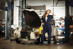 Seksowna kobieta myje samochód w garażu Zdjęcia Stock