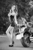 Seksowna kobieta na krążownika motocyklu blisko jeziora Fotografia Stock