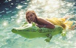 Seksowna kobieta na morzu z nadmuchiwaną materac Moda krokodyla dziewczyna w wodzie i skóra Wakacje i podróż obrazy stock