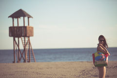 Seksowna kobieta na plaża wakacje z akcesoriami Plażowy akcesorium Iść piaskowatej plaży wakacje Lato plaży mody styl Zdjęcie Stock