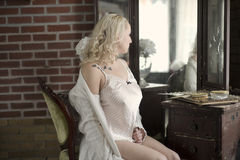 Seksowna kobieta patrzeje w bezcelowości lustrze Fotografia Stock