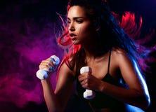 Seksowna kobieta pracująca z dumbell out Fotografia Stock