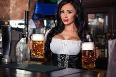 Seksowna kobieta trzyma Oktoberfest piwa stein w dirndl sukni Zdjęcie Royalty Free