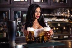 Seksowna kobieta trzyma Oktoberfest piwa stein w dirndl sukni Fotografia Stock